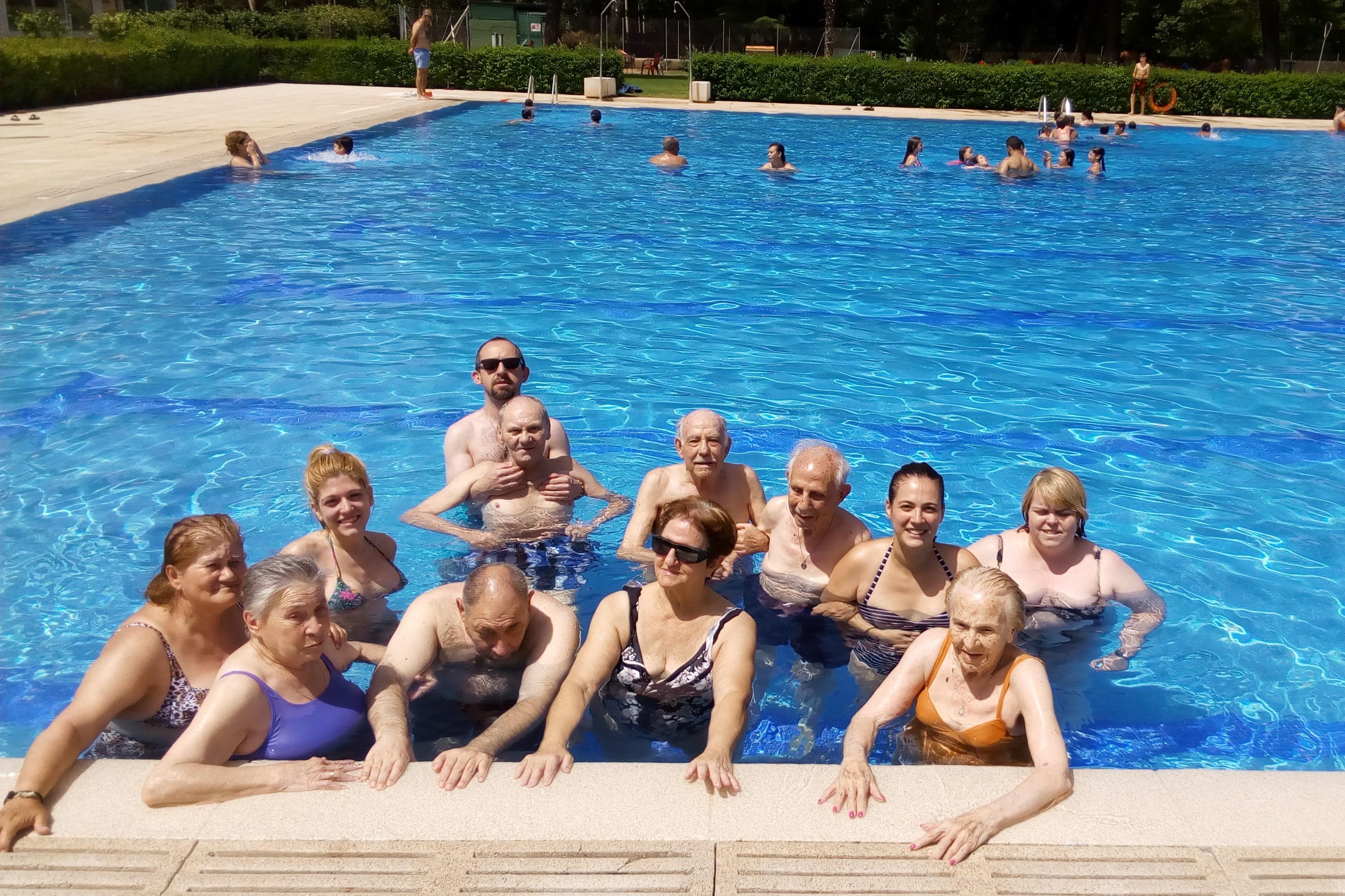 Imagen de mayores en la piscina del Club Deportivo Somontes