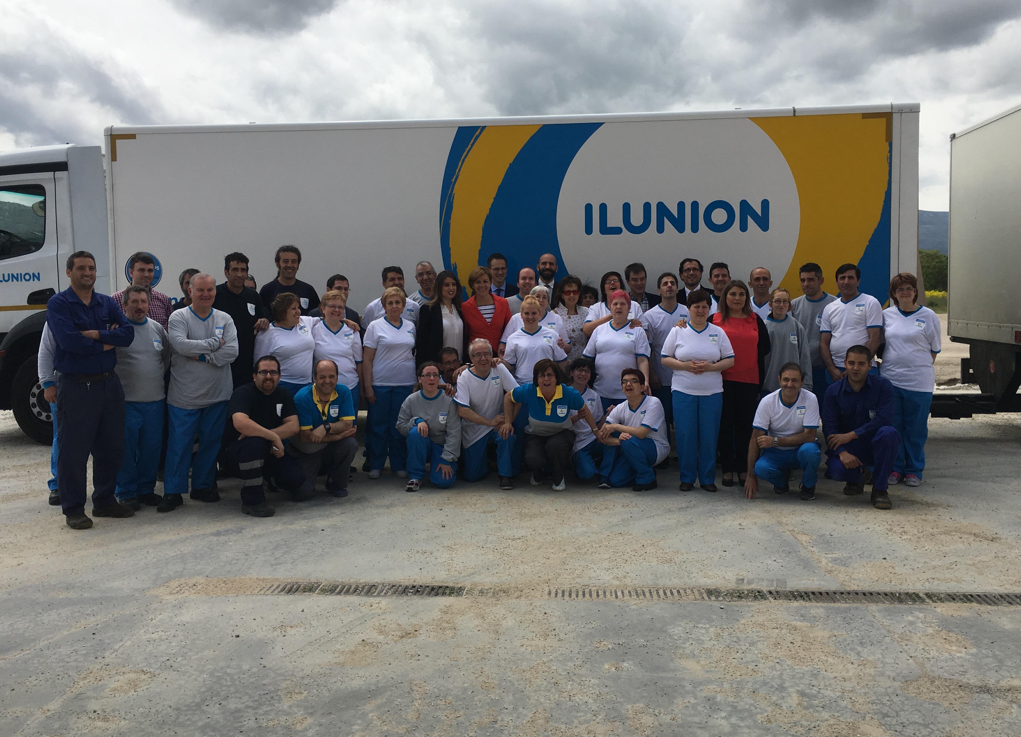 Foto de familia con María Dolores de Cospedal y los trabajadores de la lavandería de ILUNION en Segovia