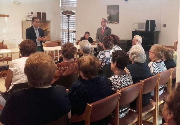 El alcalde de Lorquí presenta el servicio de teleasistencia delante de los vecinos