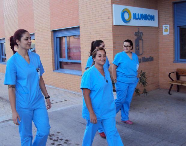 Trabajadores de ILUNION en la puerta de una de las instalaciones del grupo