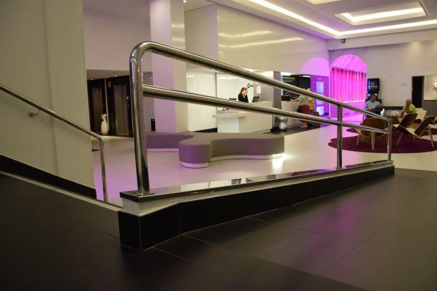 Entrada del hotel ILUNION Suites en Madrid