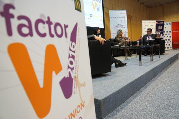 En primer plano se ve el nombre del Congreso, Factor W, y en segundo al mesa en la que participa el vicepresidente de ILUNION, José Luís Martinez Donoso