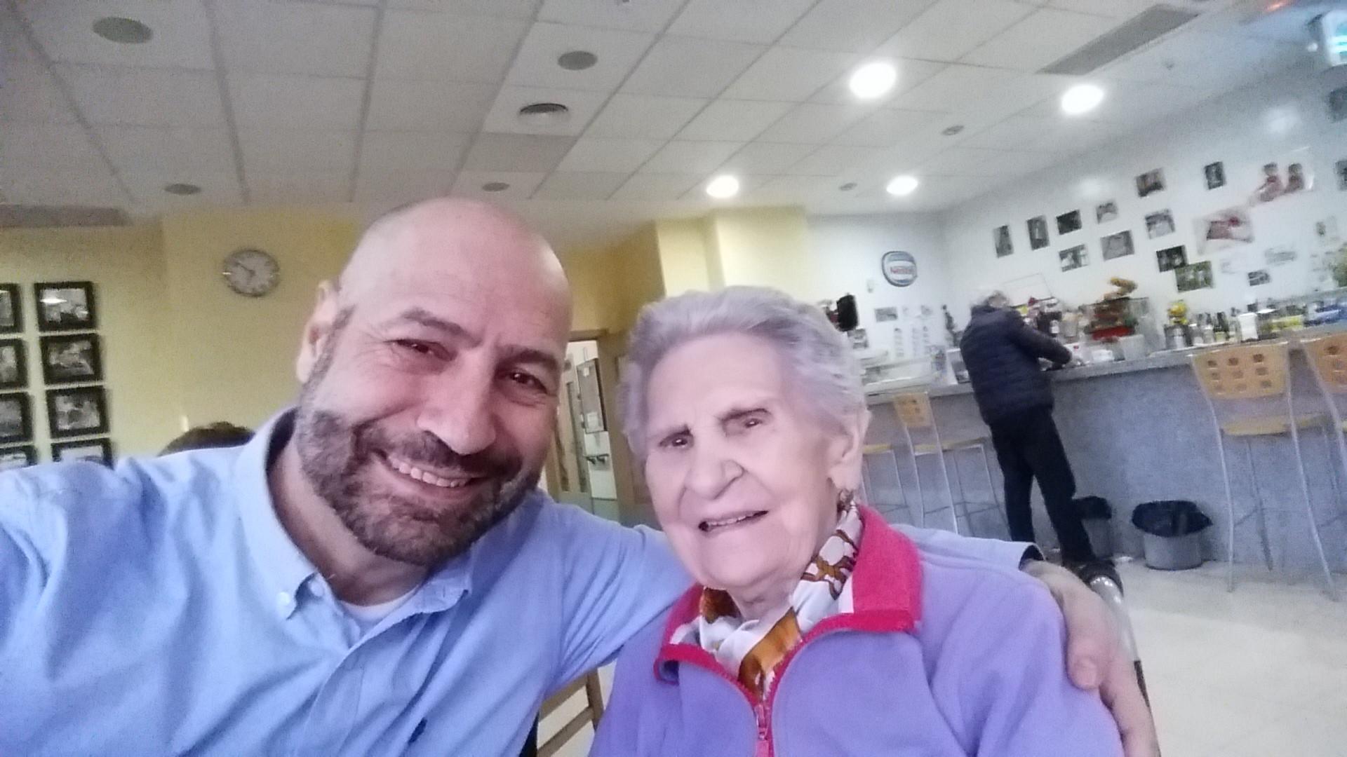 Rafa Linares junto a su madre, residente de uno de los centros de ILUNION