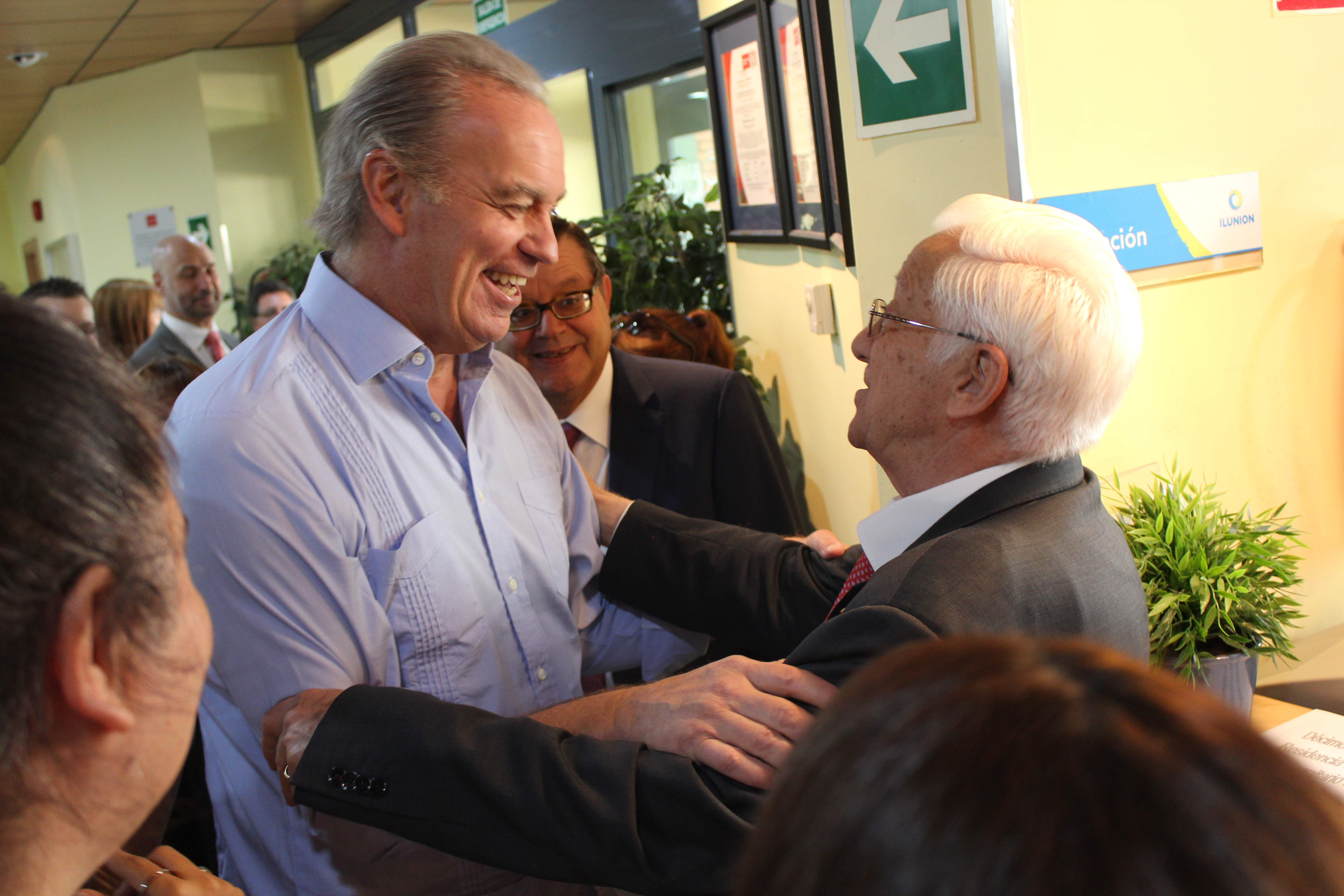 El presentador Bertín Osborne saluda al padre Ángel