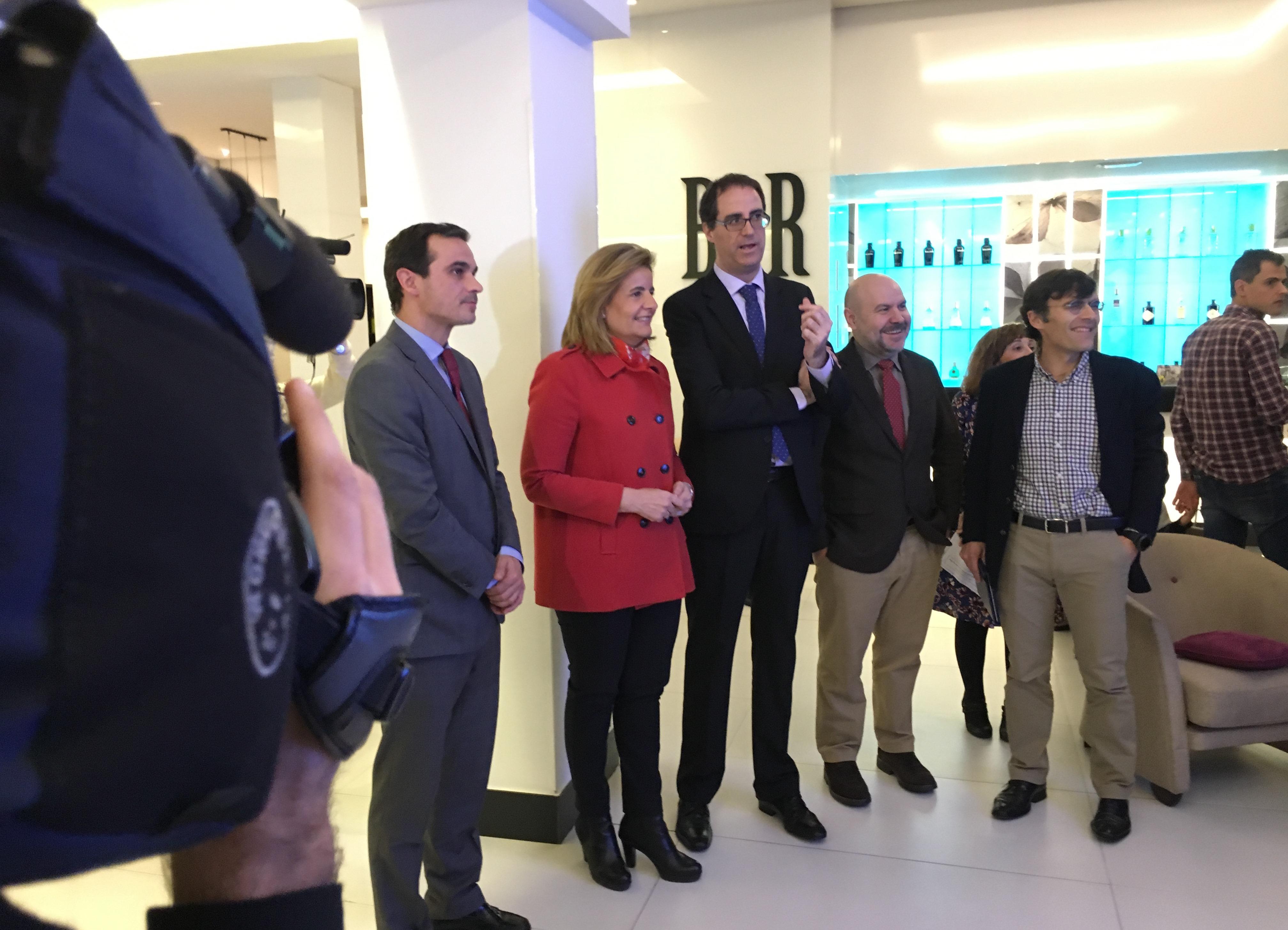 Fátima Báñez recorre las instalaciones del hotel ILUNION Suites madrid