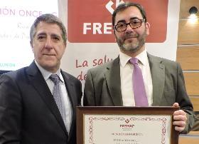 Ricardo González Guerra, coordinador de Prevención de Riesgos Laborales, recoge el galardón