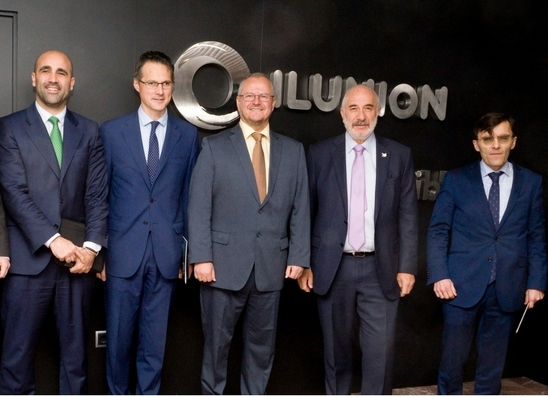 foto de familia con el embajador de Colombia