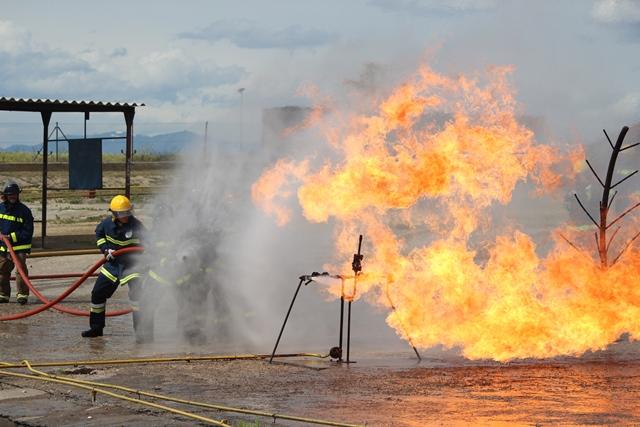 Imagen de los bomberos de ILUNION Seguridad apagando un fuego