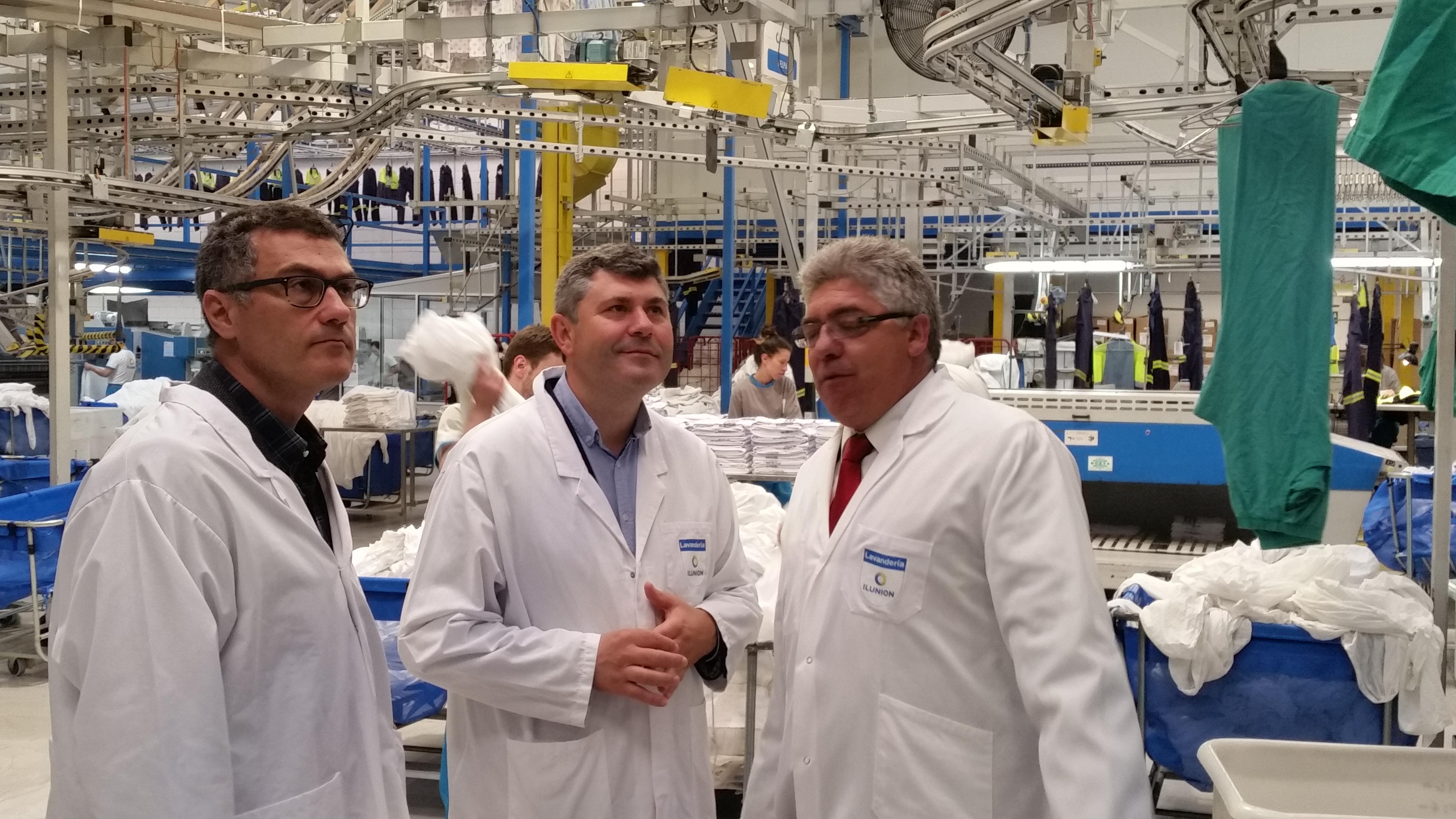 Un momento de la visita del delegado de la Xunta de Galicia a nuestra lavandería de Santiago de Compostela