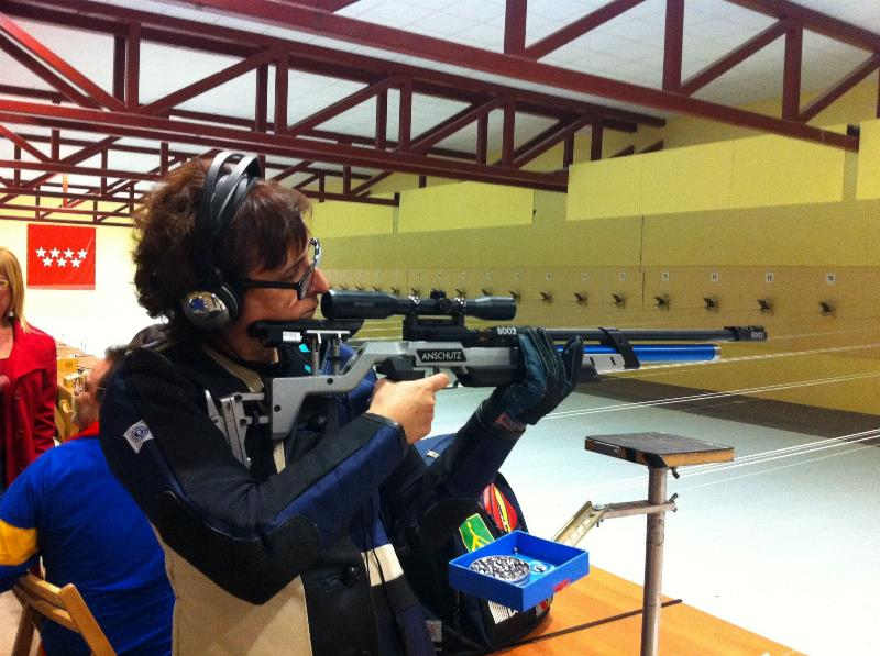 Consuelo Carrasco practicando tiro con carabina
