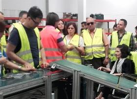 Un momento de la visita de la senadora de Podemos Virginia Felipe a las instalaciones de Quer
