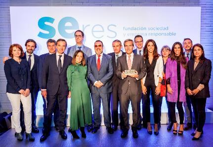 Foto de familia de ILUNION Hotels con motivo del premio SERES.