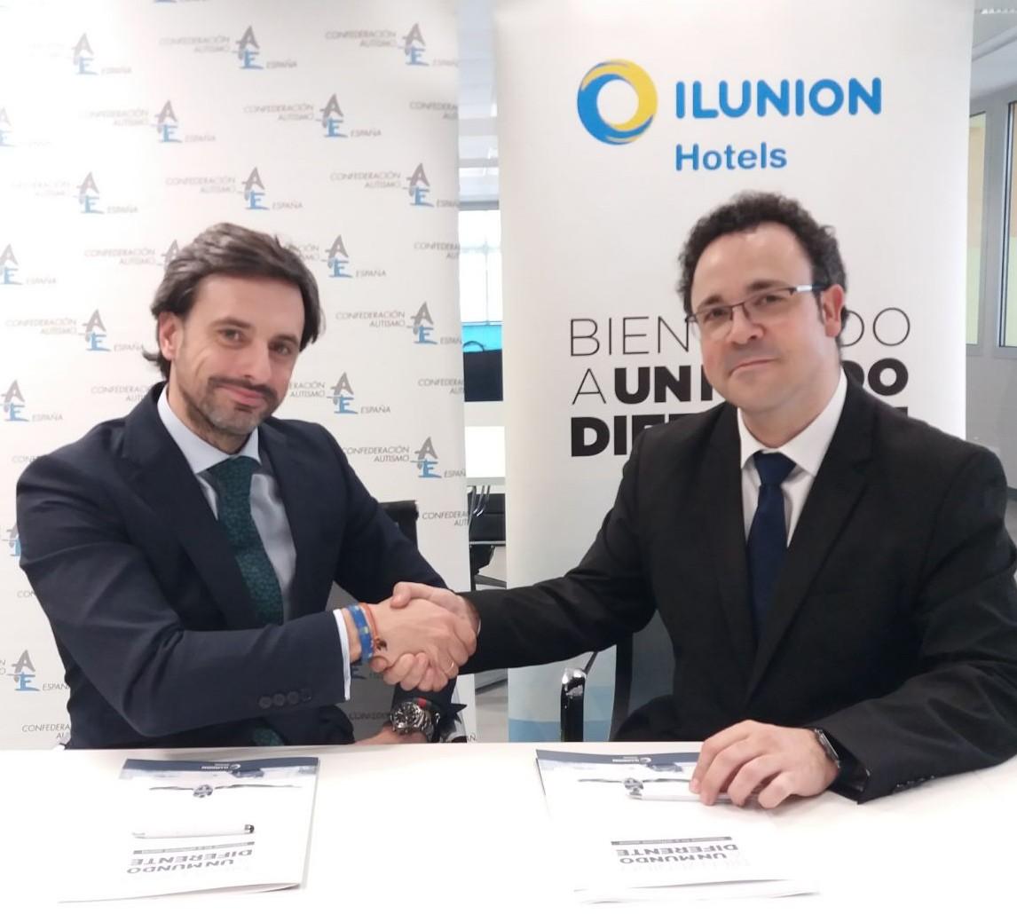 Foto de la firma del convenio entre ILUNION Hotels y Autismo España