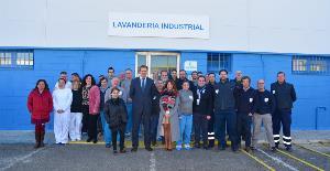 La delegada territorial de Economía de la Junta de Andalucía en Cádiz visita nuestra lavandería